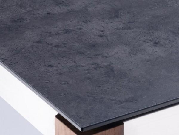 Ausschnitt der Sela Tischplatte Beton dunkel.